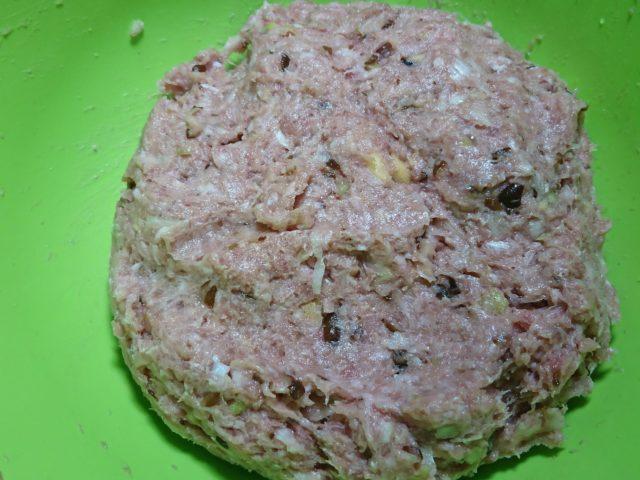 ひき肉と材料を混ぜる
