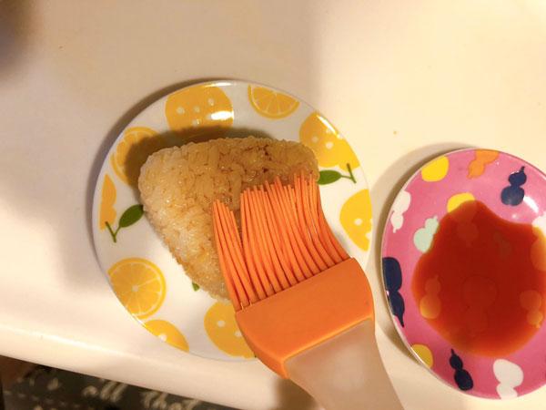 刷毛で醤油を塗る