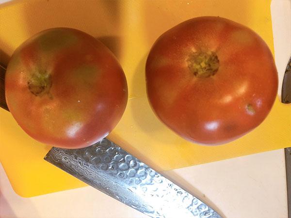 トマトを洗って水分をふきとります