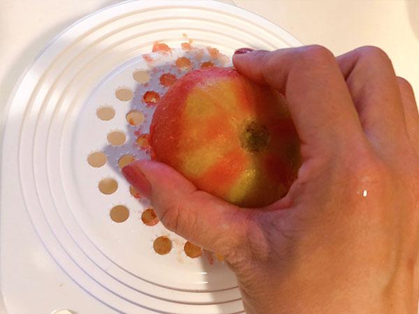にんにくとトマトはすりおろす