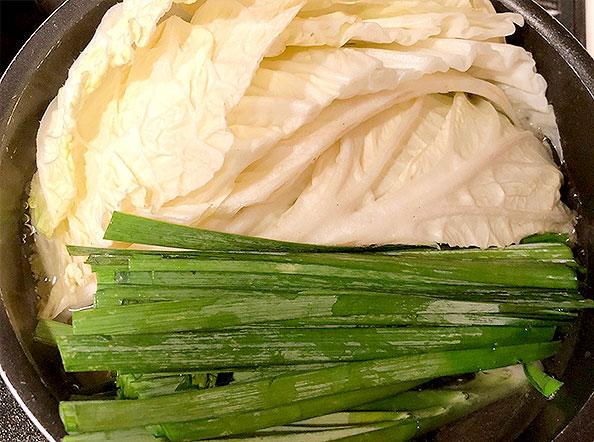 白菜、ニラを茹でる