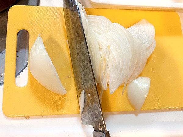 ③玉ねぎは薄くスライスする。